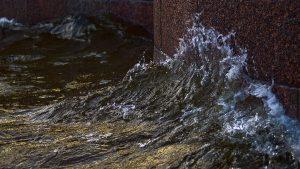 Water slaat tegen de kade