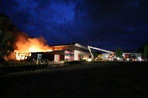 Grote brand bij loods