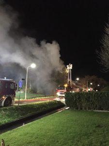 Brandweer blust vanuit hoogwerker