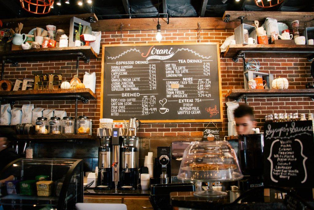 Barista achter de toonbank in een koffietentje