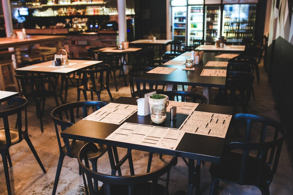 Gedekte tafels in restaurant