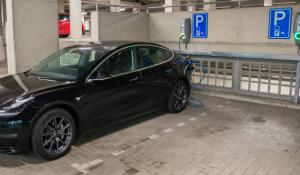 Elektrische auto aan laadpaal in parkeergarage