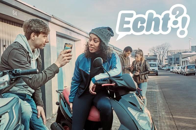 Jongeren op straat met smartphones en zittend op een scooter