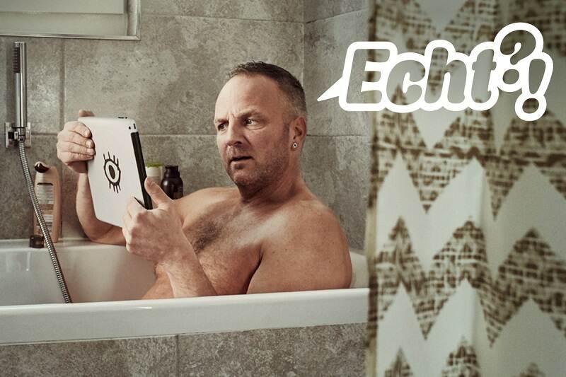 Man met vragend gezicht staart naar iPad in badkuip