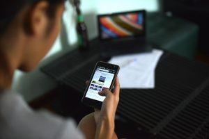 Vrouw kijkt naar nieuws op haar smartphone