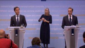 Foto van de persconferentie met Mark Rutte, gebarentolk en Hugo de Jonge