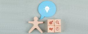 Houten figuurtjes met icoontjes van verschillende items