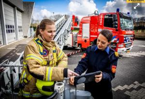 Brandweervrouw Ilse Kloot en Brandweercommandant Caren Frentz