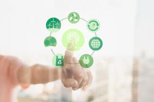 Vinger drukte op virtuele groene milieu-icoontjes