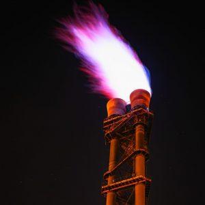 Fakkel vlam uit fabriekspijp